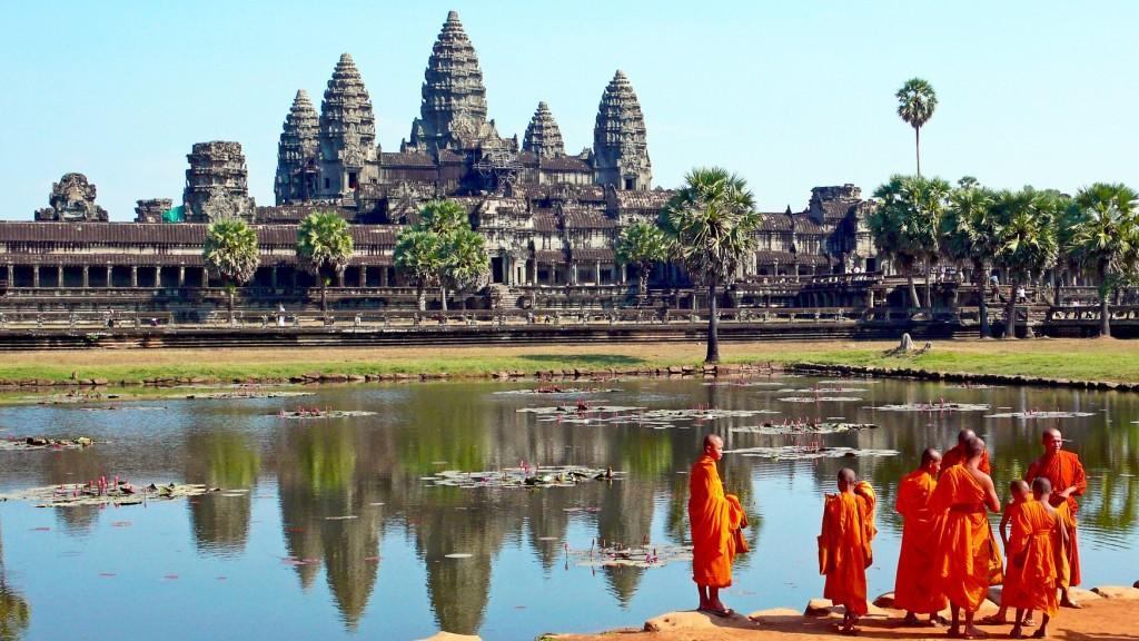 Monks at Angkor Wat 1a 1024x576 - LAOS – KAMBODŻA: wyprawa szlakiem kuchni laotańskiej i khmerskiej