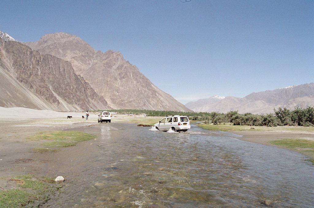 River crossing in Nubra Valley 1024x679 - INDIE - Ladakh – Kaszmir: wyprawa na Festiwal Hemis Tsechu
