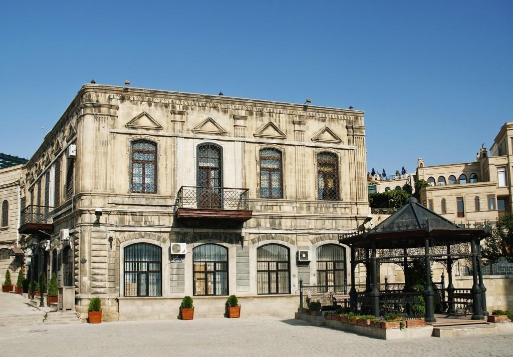 stock photo 17447989 baku old town in azerbaijan 1024x713 - AZERBEJDŻAN – wyprawa do krainy wiecznego ognia