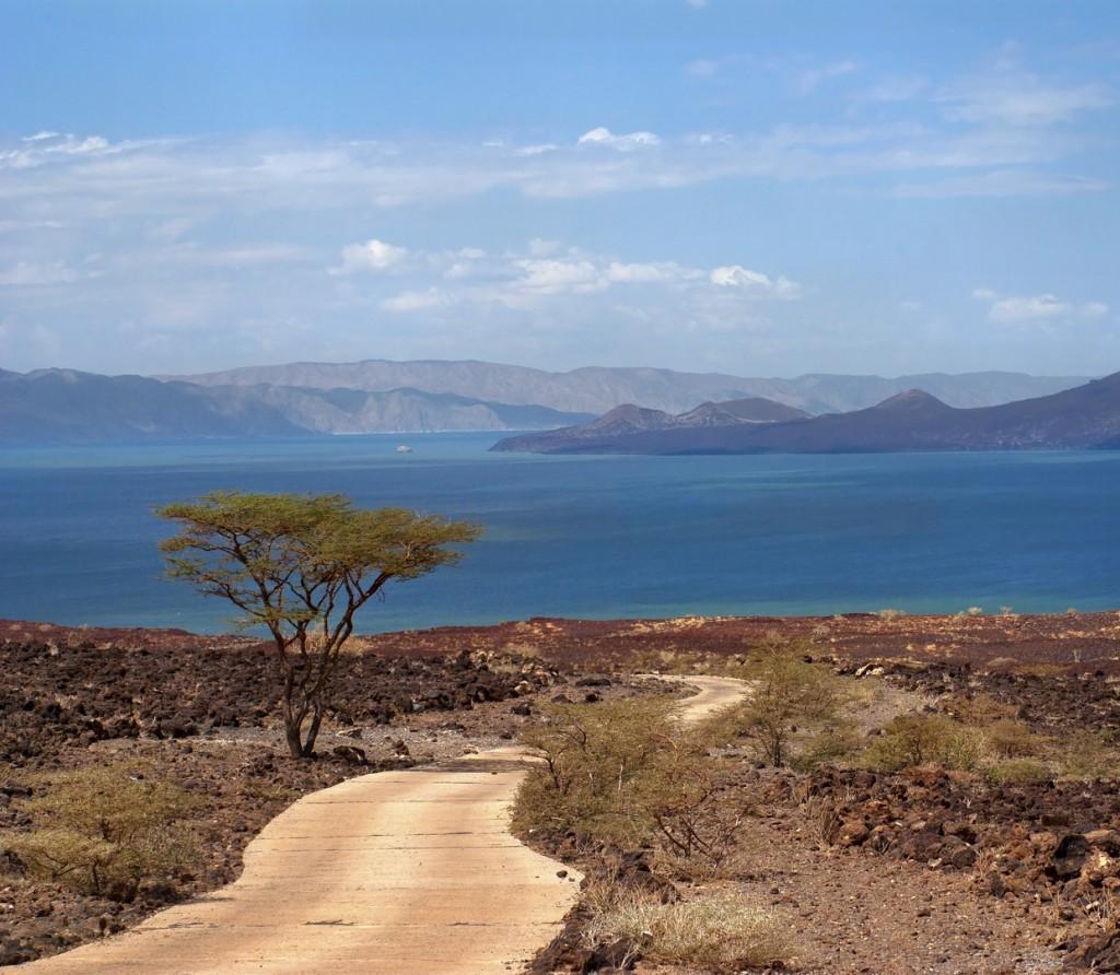 stock photo 46398118 the road to lake kenya 1 1024x892 - KENIA: wyprawa nad Jezioro Turkana: Nefrytowe Morze Afryki