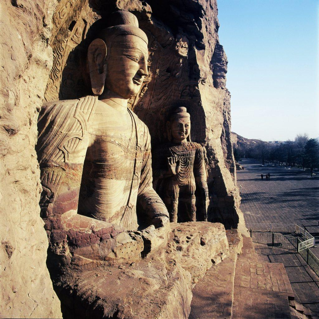 GROTY LONGMEN 4 1024x1024 - CHINY: Największe atrakcje Państwa Środka – Góry Tęczowe, rejs po Jangcy, Park Zhangjiajie