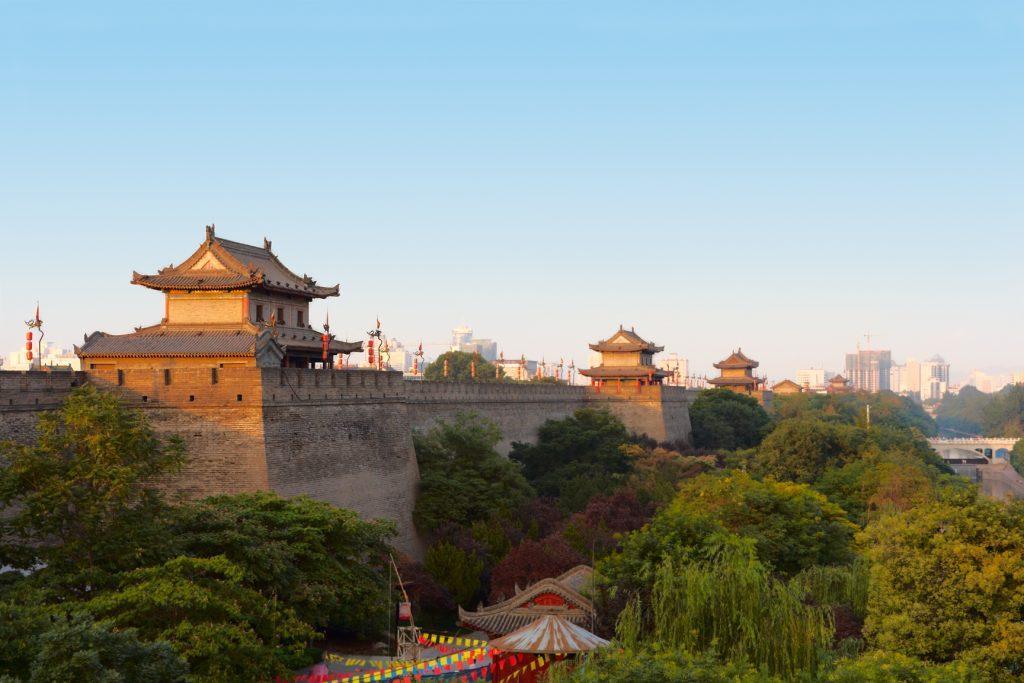 MURY MIEJSKIE 1 1024x683 - CHINY: Największe atrakcje Państwa Środka – Góry Tęczowe, rejs po Jangcy, Park Zhangjiajie