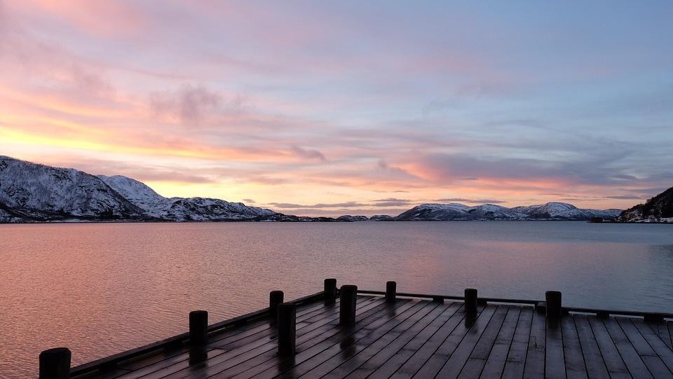 dusk 682092 960 720 - NORWEGIA: rejs statkiem do Kirkenes i sylwester w lodowym hotelu