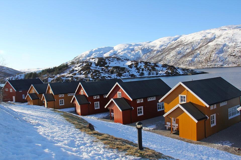 fishermen cabins 1191180 960 720 - NORWEGIA: rejs statkiem do Kirkenes i sylwester w lodowym hotelu