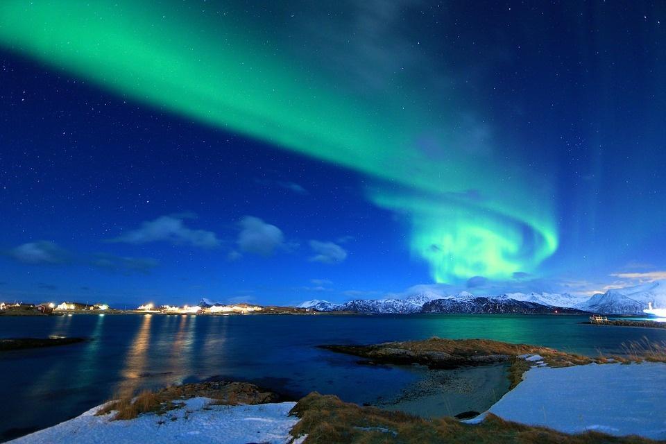 northern light 2387777 960 720 - NORWEGIA: rejs statkiem do Kirkenes i sylwester w lodowym hotelu