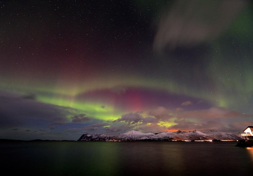 northern light 2387782 960 720 1 - NORWEGIA: rejs statkiem do Kirkenes i sylwester w lodowym hotelu