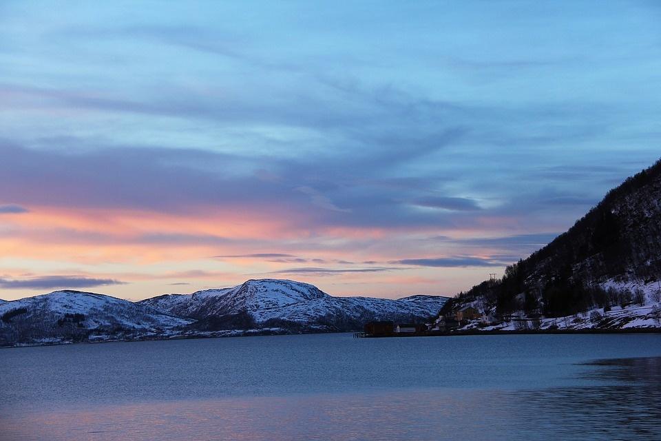 sunset 1208914 960 720 - NORWEGIA: rejs statkiem do Kirkenes i sylwester w lodowym hotelu