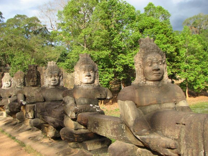 19. Postacie króla i demony przy drodze prowadzącej do południowej bramy Angkor - TAJLANDIA – KAMBODŻA: wyprawa na Festiwal wodny Bon Om Touk