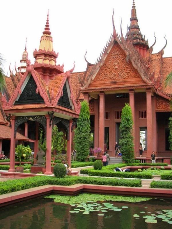 5. PHNOM PENH Muzeum Narodowe gromadzącą najbogatszą na świecie kolekcję sztuki Khmerów z okresu angkorskiego - TAJLANDIA – KAMBODŻA: wyprawa na Festiwal wodny Bon Om Touk