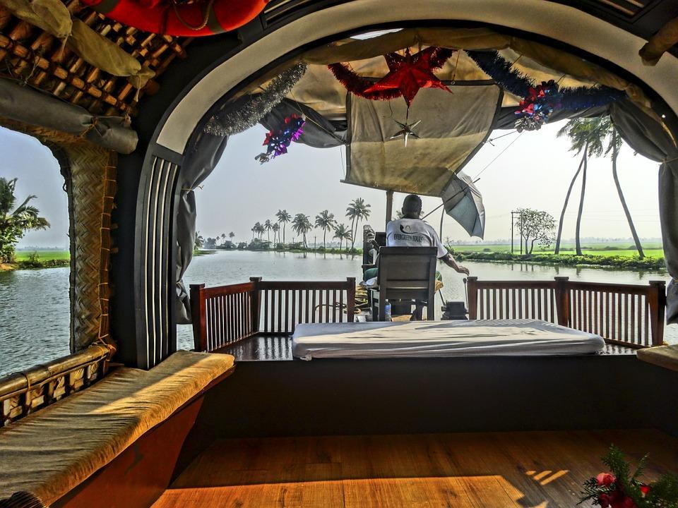 houseboat 725495 960 720 - INDIE POŁUDNIOWE: Kerala i festiwal Theyyam - wycieczka