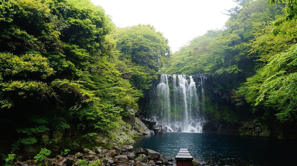 jeju island falls cheonjeyeon 1594586 960 720 - KOREA POŁUDNIOWA z WYSPĄ JEJU – wyprawa na Festiwal Lampionów w Seulu