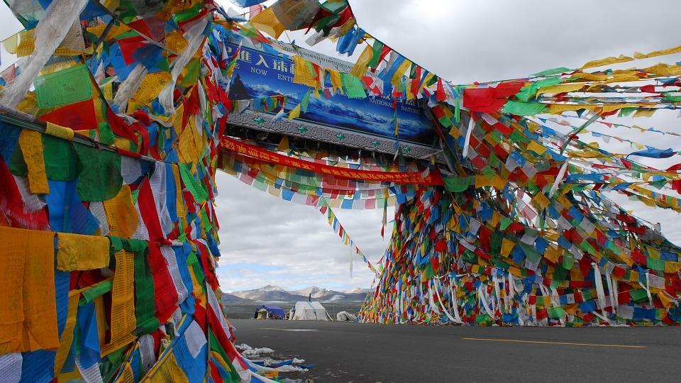 prayer flag 694648 960 720 - TYBET: niezwykła wyprawa na Festiwal Shoton