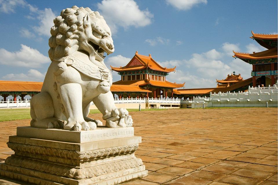 temple 426511 960 720 - CHINY: Największe atrakcje Państwa Środka – Góry Tęczowe, rejs po Jangcy, Park Zhangjiajie
