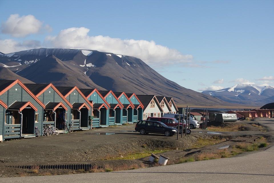 houses 598991 960 720 - SPITSBERGEN: wyspa na dachu świata – wyprawa