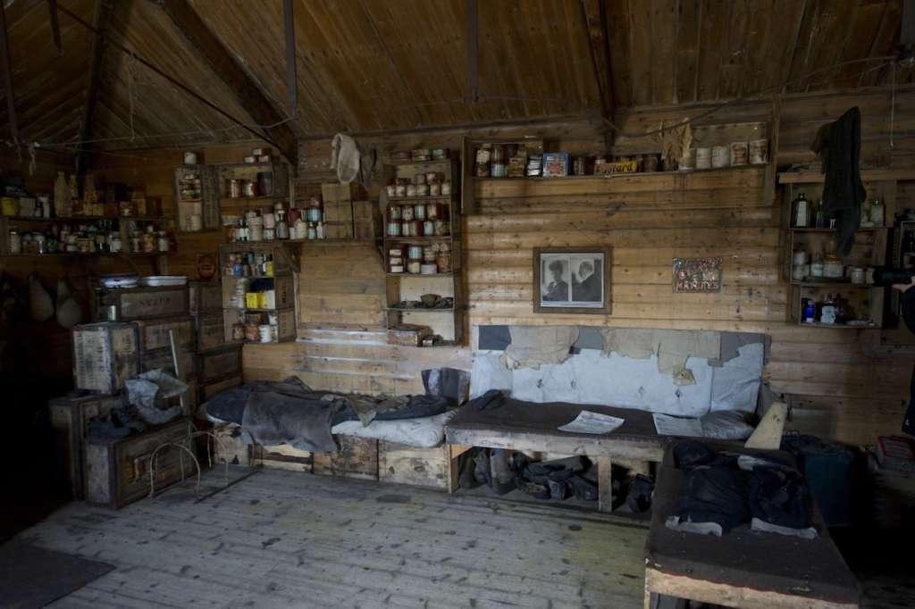 inside shackletons hut at cape royds ross sea fred van olphen oceanwide expeditions 1024x682 - ANTARKTYDA – PODRÓŻ PRZEZ TRZY KONTYNENTY: Rejs z Nowej Zelandii do Argentyny