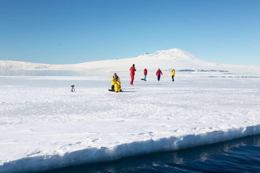 landing on the ice of mcmurdo sound with mount erebus on the background ross sea rolf stange oceanwide expeditions 2 1024x682 - ANTARKTYDA – PODRÓŻ PRZEZ TRZY KONTYNENTY: Rejs z Nowej Zelandii do Argentyny