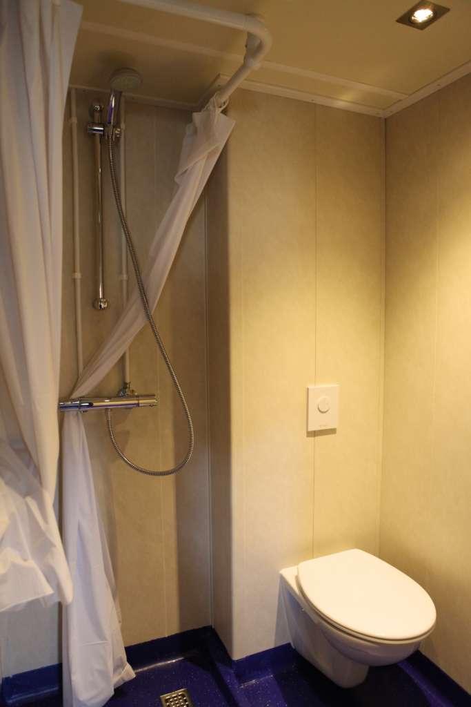 ortelius quad or twin porthole deck 3 shower toilet monica salmang oceanwide expeditions 4 bw.jpg  683x1024 - ANTARKTYDA – PODRÓŻ PRZEZ TRZY KONTYNENTY: Rejs z Nowej Zelandii do Argentyny