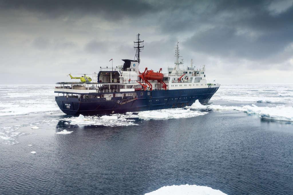 ortelius with helicopter ross sea toine hendriks oceanwide expeditions 1024x683 - ANTARKTYDA – PODRÓŻ PRZEZ TRZY KONTYNENTY: Rejs z Nowej Zelandii do Argentyny