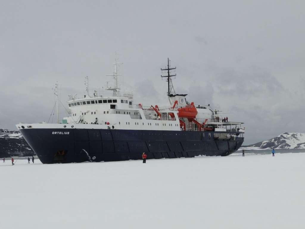 walking on the pack ice hans murre oceanwide expeditions 1024x768 - ANTARKTYDA – PODRÓŻ PRZEZ TRZY KONTYNENTY: Rejs z Nowej Zelandii do Argentyny