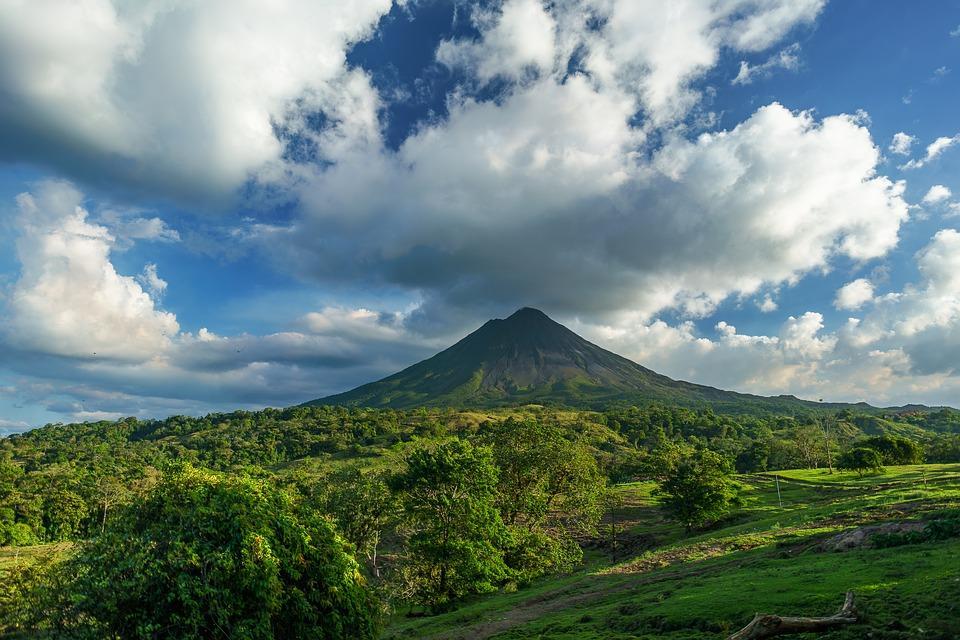 volcano 2355772 960 720 - KOSTARYKA – PARKI NARODOWE, LENIWCE I WISZĄCE MOSTY